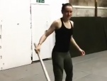 《星球大战8》幕后花絮 黛西·雷德利娴熟舞光剑