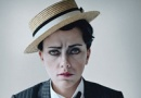 斯嘉丽·约翰逊拍摄搞怪写真 女扮男装化身小丑
