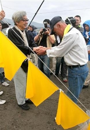 山田洋次亲赴地震灾区 赠予灾民 幸福黄手帕
