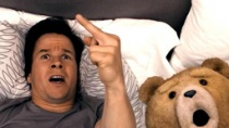 《泰迪熊》限制级中文预告 沃尔伯格秀口技遭调戏