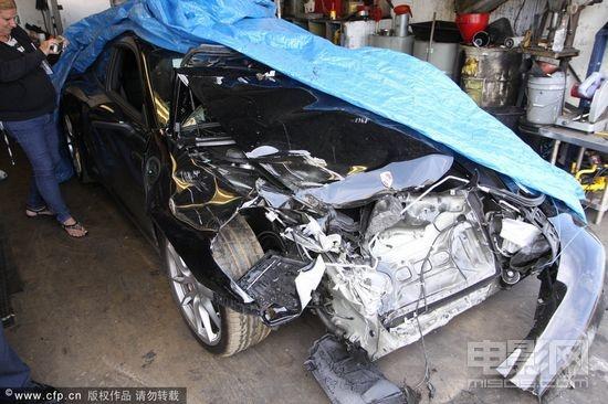 林赛驾驶的保时捷跑车遇严重车祸高清图片