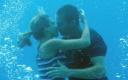俊男美女水下缠绵 鲨鱼群中寻宝惹上杀身祸