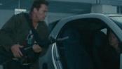 《敢死队2》中文片段 施瓦辛格徒手毁车扫射突围