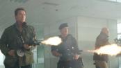 《敢死队2》曝光片段 飞刀精准机枪扫射联手退敌