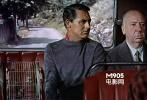 坐在游览客车上,加力•格兰特饰演的罗比的旁边。
