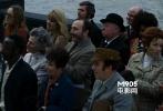 第一场戏里泰晤士河滨大道上的一个行人。在人群中间,他是唯一一个没有给演讲者鼓掌的人。