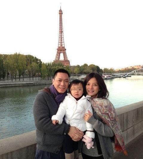 赵薇一家三口巴黎度假游玩 全家福曝光幸福满溢