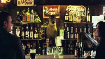 《应许之地》精彩片段 酒吧上演美好的一见钟情
