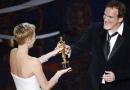 昆汀《姜戈》获最佳原创剧本奖 塞隆颁奖献蜜抱