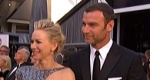 娜奥米·沃茨与丈夫共踏红毯 银蓝长裙优雅现代