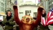 """《疯狂原始人》宣传片 """"皮带猴""""人偶穿梭柏林"""