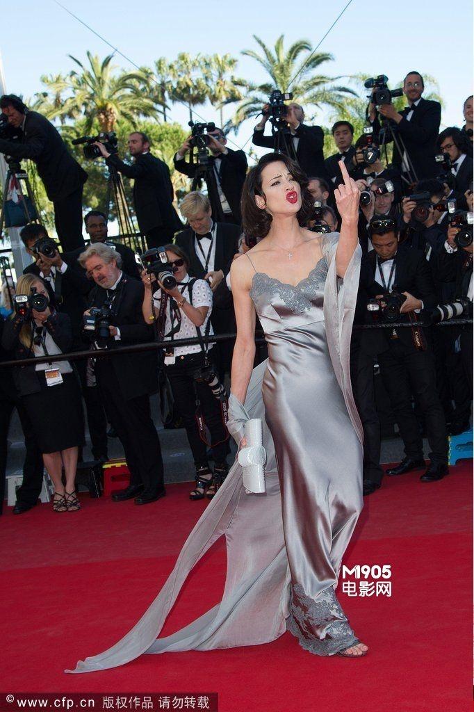中国女明星_意大利女星艾莎·阿基多登场 狂放不羁竖中指_影节红毯_图集 ...