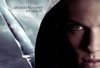 由卡珊德拉·卡莱尔青少年小说改编的魔幻剧情片《圣杯神器:骸骨之城》曝光最新预告。新预告加入更多剧情元素,不单纯是前款预告那些黑色魔幻超自然能力画面。