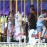 貝克漢姆一家游迪斯尼樂園 小貝坐旋轉木馬拍照