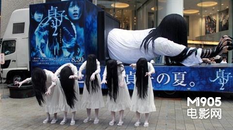 《贞子3d2》街头做宣传 恐怖白衣贞子吓哭小孩