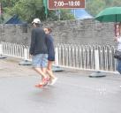 二人冒雨爬长城