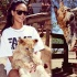 蕾哈娜露大腿和野生動物親密互動 大膽親吻獅子