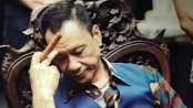 《天台爱情》片段 王学圻以油头金项链形象示人