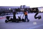 好莱坞巨制《变形金刚4:绝迹重生》近期正在天津热拍,11月3日,导演迈克尔·贝与主演史坦利·图齐、李冰冰一同亮相天津机场。黑色裙装的李冰冰与西装革履的史坦利·图齐站立在空旷的机场之中,尽显商界精英气质。虽然阳光不错,但是偏低的气温还是让两位主演不断换上羽绒服保暖。在整场戏拍完之后,迈克尔·贝也给李冰冰一个大大的拥抱。影片《变形金刚4》将于2014年6月27日在全球公映。