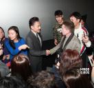 吴秀波与国外友人交谈