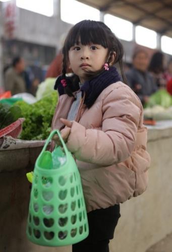 kimi森碟买菜_《爸爸去哪儿》升级 森碟Kimi独立买菜萌翻商贩_华语_电影网_1905.com