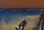 近日,有人拍到了《超凡蜘蛛侠2》的新版海报实物,位居正中的是蜘蛛侠帅气的背影。在他的对面,是一系列即将出现在片中的反面人物(从左到右):犀牛人、绿魔、电王。