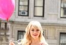 艾玛·斯通小粉裙写真柔美清新 拿气球流露童趣