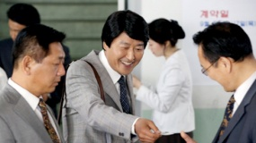 《辩护人》曝光片段 宋康昊赚钱有方四处周旋