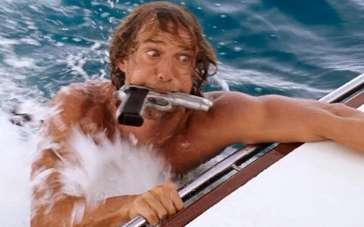 《淘金俏冤家》片段 马修·麦康纳被恶整狼狈入海