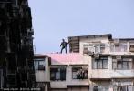 而众主创则要在16、17层楼高的房顶逃亡狂奔,剧组当时安排了直升机配合拍摄拍下逃亡与爆破镜头的高空角度,还有重型吊臂拍摄街道镜头画面。不过一些比较危险的高难度动作都是由替身演员完成,站在房顶边缘的那可不是马克·沃尔伯格本尊。