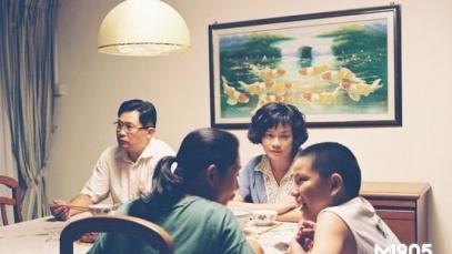 电影《爸妈不在家》评论 家庭温情中的犀利讽喻