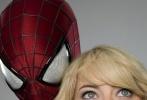 好莱坞超级英雄巨作《超凡蜘蛛侠2》自5月4日登陆内地院线以来持续高歌猛进,连续两周登顶内地票房榜榜首,更在上周末强势逆袭,横扫一众新旧大片继续领跑市场;并与本周五将公映的漫威另一大作《X战警:逆转未来》形成双雄对决的局面,彻底点爆暑期档电影市场。伴随电影火爆而来的是观众热议,其中最具争议性的便是蜘蛛侠女友——人气颇高的格温·斯黛西的死亡情节,在为本片打上浓浓的悲情标签时,更让观众难以接受。