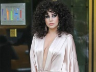 Lady GaGa中门大开穿睡衣出街 浓妆艳抹顶泡面头