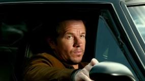 《变形金刚4》新曝片段 马克搭乘复古大黄蜂亮相