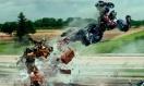 《变形金刚4》宣传片 擎天柱携大黄蜂腾空躲飞弹
