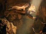 """《大力神》动态海报 狮子凶猛露利齿扑向""""岩石"""""""