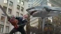 《鲨卷风2》中文预告片 天降鲨鱼成人类最大危机