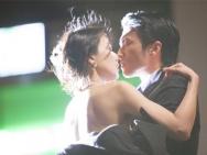 《一生一世》曝甜蜜剧照 谢霆锋街头拥吻高圆圆