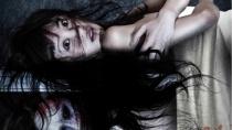 《床下有人2》动态海报 殷果儿与女鬼惊魂背靠背