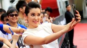 《变形金刚4》香港首映直击 李冰冰热情合影粉丝