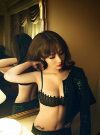 柳岩复古性感写真曝光 黑色蕾丝内衣高贵魅惑