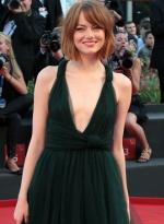 艾玛·斯通墨绿长裙大深V秀雪乳 俏皮短发显可爱