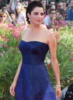 主持人路易莎蓝色抹胸裙亮相 大露香肩展雪肌
