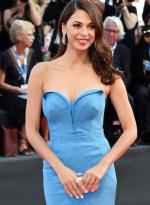 莫兰·阿提艾斯拖地蓝礼裙亮相 傲人双峰挺身姿