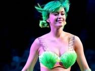 水果姐开唱变绿草仙子 古灵精怪E罩杯美胸吸睛