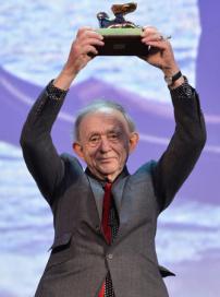 弗雷德里克·怀斯曼获终身成就奖 兴奋手举奖杯