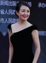 杨童舒着黑色长裙亮相红毯 身材优美肌肤白嫩