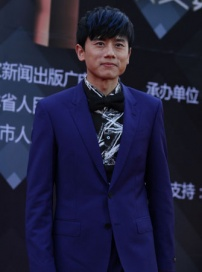 歌手张杰亮相红毯 黑领结紫色西装阳光帅气