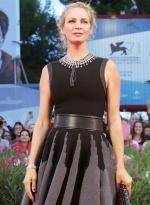 《女性瘾者2》首映 乌玛·瑟曼穿复古礼裙送飞吻