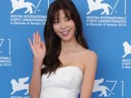 林权泽《化妆,火葬》发布 金奎丽白色抹胸裙美艳